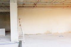 金属工作在安装石膏板内部建造场所前构筑结构 免版税图库摄影