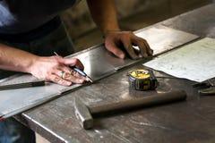金属工在金属的标号测量 库存照片