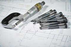 金属工艺产业和加工 与测量的测微表的细节在印刷品图画 库存照片