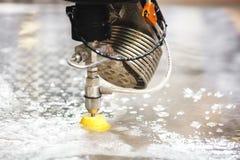 金属工艺产业 金属切削与高压喷水 免版税图库摄影