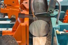 金属工艺设备,半自动带锯机器 库存照片