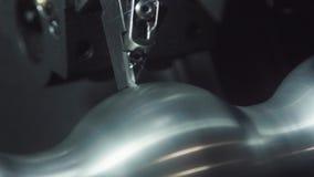 金属工艺CNC铣床 切口金属现代加工技术 金属精确度加工的机器 免版税库存照片