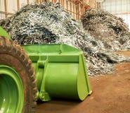 金属废料堆和大打瞌睡的人回收工厂,泰国 免版税库存照片
