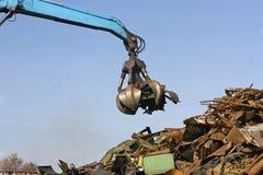 金属废物装载在废品旧货栈的 免版税库存照片