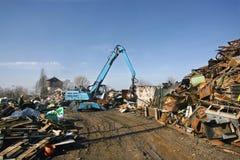 金属废物装载在废品旧货栈的 库存照片
