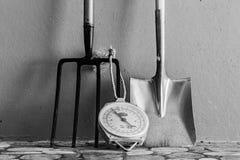 金属庭院开掘的叉子,标度,金属锹 免版税图库摄影
