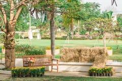 金属庭院椅子在庭院里 免版税库存照片