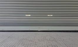 金属快门门纹理外面从仓库 库存照片