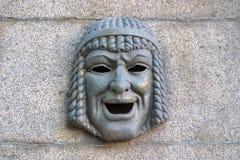 金属戏剧性面具象征在花岗岩篱芭的幽默 圣彼德堡 免版税图库摄影