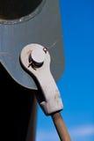 金属托架反对天空的桥梁领带 免版税库存图片