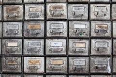 金属抽屉 闭合的档案存贮,档案橱柜内部 有索引卡片的年迈的银色金属箱子 图书馆 库存照片