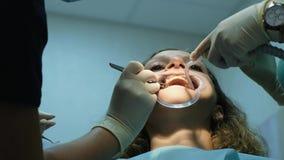 金属括号设施和定象  到牙医正牙医生的参观,咬合不良,治疗牙的更正 股票视频