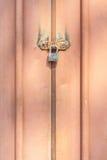 金属挂锁在老生锈的金属入口doo紧固的特写镜头 图库摄影