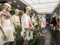 金属时装模特在布鲁明黛, Ne中塑造妇女的时尚 免版税库存图片