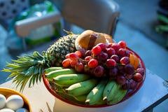 金属木表面上的水果钵 ?? 香蕉、桔子和苹果 免版税库存图片