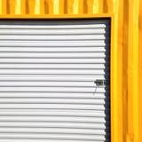 金属板料墙壁在黄色和白色的 免版税库存照片