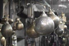 金属枝形吊灯在东部市场上有象行星或月亮的奇怪的形状 免版税图库摄影