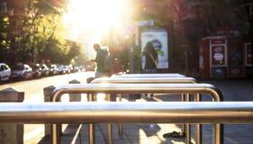 金属栏杆和太阳光芒 库存图片