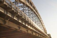 金属桥梁透视背景 免版税库存图片