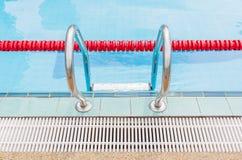 金属梯子为使用对游泳池的入口 免版税库存图片