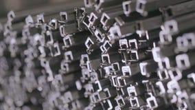 金属正方形外形的抽象看法 外形管子在一个被盖的仓库,外形管子在大行放置了 股票视频
