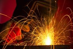 金属火花,当焊接时 免版税库存照片
