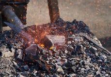 金属热化在热的煤炭宿营 库存图片