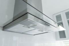 金属烹饪器材敞篷在豪华厨房里 免版税图库摄影