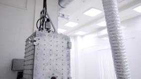金属熔化的室钢熔炉 熔化的房间熔炉与热量地被绝缘的管子费用的金属在白色 股票视频