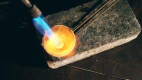 金属熔化的过程与一台燃烧器的在首饰车间 股票视频