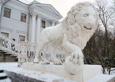 从金属熔铸的狮子的雕塑 库存照片