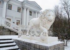从金属熔铸的狮子的雕塑 图库摄影
