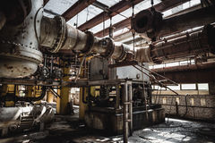 金属燃料和发电生锈的设备在被放弃的工厂Interio 免版税库存图片