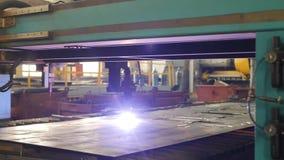 金属现代自动等离子切口由激光在生产,激光切割机,特写镜头,慢mo的 股票视频
