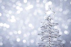 金属现代圣诞树细节在木桌上的 免版税库存照片
