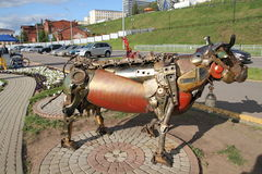 从金属的母牛雕塑 免版税库存照片