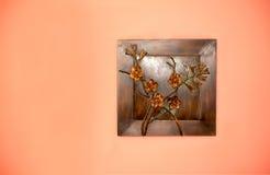 从金属的艺术创作在墙壁上 库存图片