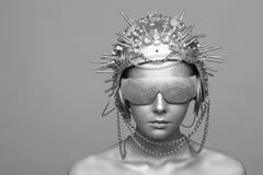 金属盔甲和玻璃的未来派妇女 免版税库存图片