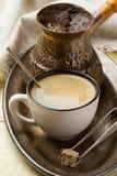 金属盘子用新鲜的咖啡早餐 免版税图库摄影