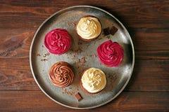 金属盘子用鲜美巧克力杯形蛋糕 库存图片