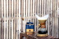金属磨咖啡器和滴水玻璃投手 免版税库存照片