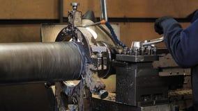 金属空白的饰面操作在翻转机的与切割工具 老转动的车床机器在转动的车间 股票视频