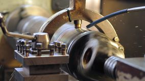 金属空白的饰面操作在翻转机的与切割工具 影视素材