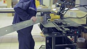 金属立弯机 工作者在金属工艺工厂操作弯金属板设备 股票视频