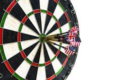 金属箭击中了在飞镖的红色舷窗 3d投掷被回报的比赛图象 在目标中心箭的箭箭头在公牛` s眼睛关闭 免版税库存图片