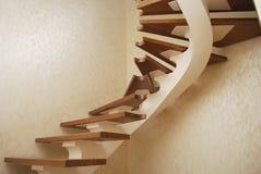金属米黄串-台阶的建筑的一个设计在房子里 免版税库存照片