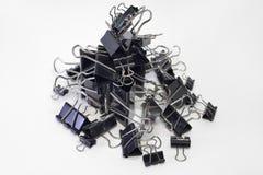 金属纸的黏合剂夹子堆  黑色,不同的大小 库存照片