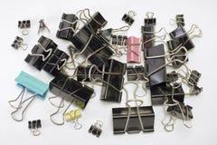 金属纸的黏合剂夹子Oodles  不同的范围 免版税图库摄影