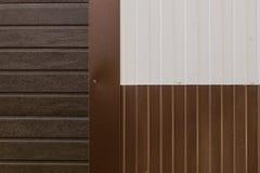金属纹理棕色和白色房屋板壁 库存照片