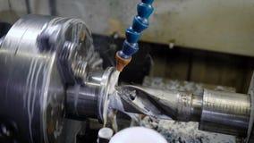 金属细节在机器附近大钻子在连接转动,穿孔孔,冷却液体倾吐 股票视频